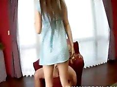 Mongoolse schoolmeisje zuigen kleine pik