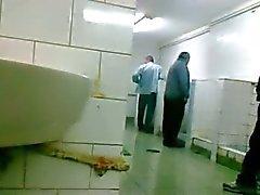 Oudere zich uomo di laat aftrekken it pijpen nel WC Openbaar