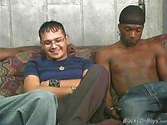 Hängd svarta män som delar ett horn vitt snubbe