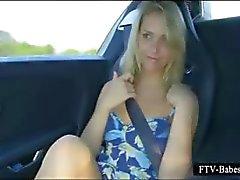Prachtige blonde tiener wrijft tieten en kut in de auto