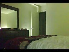 Mann bohrt Brunettefrau Transsexuelle in Hotelzimmer