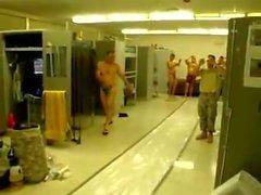 Armée Guys Having Fun en Thongs et Certains Nu