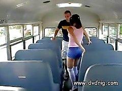 Birichino piccola ninfomane Ashley Blue se ne si intrufola nella parte posteriore del autobus per un Sessi Pomeriggio con l'insegnante e Bus Driver e succhia I cazzi si