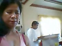 Filipijnse vrouw wil laten zien haar tieten maar zoon naast haar
