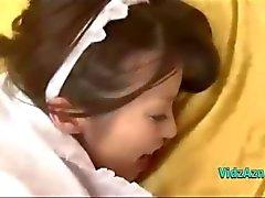 Jonge Aziatische meid krijgt haar harige kutje geneukt Creampie op het Bed In De Roo
