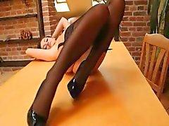 makea brunette sukkia pöydälle