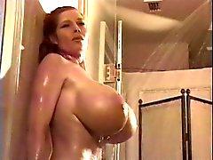 Teddi Barrett i duschen