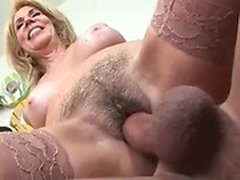 Naughty-hotties Netz - Sexy blonde MILF hat ihre behaarte Fotze sl