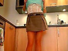 Slut britannici Sandie di Caine se stessa mani nella cucina