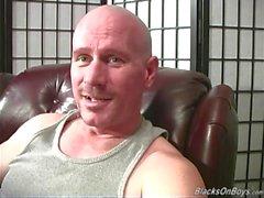 Bald bianchi fa inculare dal due uomini di colore