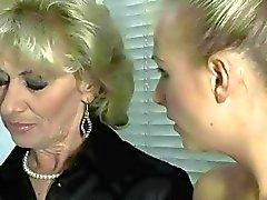 Grandma remous et étudiants Sexy blonde
