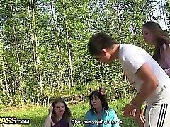 Jóvenes cachondas follan en el bosque