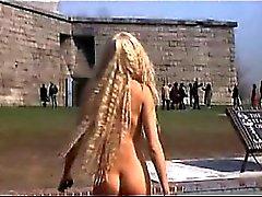 Di Daryl Hannah passeggiate nudi attraverso alcune erba con il suo nude