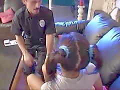Adolescente babá lírio assustado até a chegada da polícia