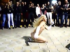 Buxom blonde stripper spreads her long legs and gives a lap