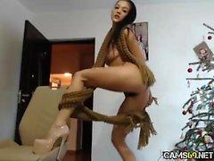 Gata morena flexível na webcam