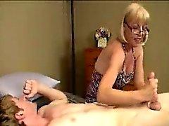 Oma sehen will Junger großen Schwanz auflösen mit Sperma