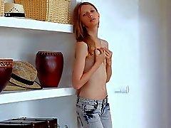 Худые красотка Глория вытягивает взлет ее джинсов