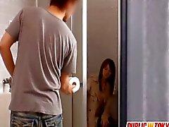 Asiatischer Miststück teasing und fickt in Tsd. Toilette