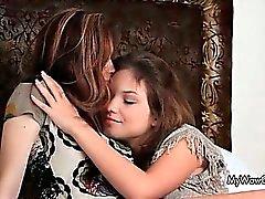 Två söta fitta kärleksfull teen flickor som har