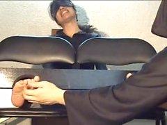 Japanilaisen jalkoina tickle12