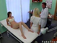 Le docteur baise de son patient état sauvage sur le lit.