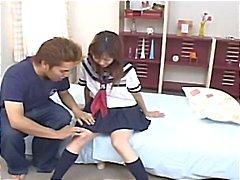 Japans schoolmeisje Hina Kawai krijgt haar kutje gespeeld met voordat ze blaast