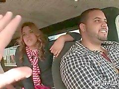 Tilltalande blond tonåring rider kön bussen för ett knull