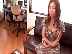 Asiatisk sexig redhead babe blir gangbanged för bukkake