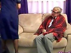 Vieil homme à a besoin d'une bien caressant
