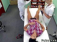 Hoitajan ja lääkäri naimassa kärsivällinen