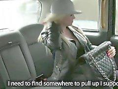 Enorm tits passageraren erbjuds i hennes fitta för en kostnadsfri hytt biljettpris