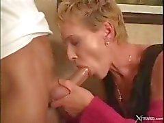 Korthåriga mogen blondin knullas av unga budbärare på hennes kontor