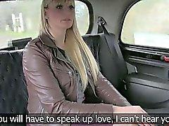 Blonde пумы сосет и трахается на такси