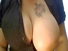 Milf retas med hennes stora bröst