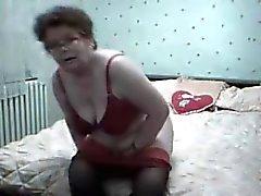 ! Granny horn masturberande och orgasmen