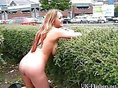 Busty MILF Ginas julkinen alastomuus ja englanti