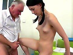 Estudiante sensual es seducida y golpeada por su schoolt más viejo