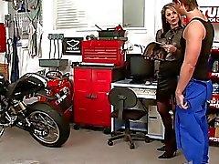Bootylicious loira gata fica bateu estilo cachorrinho na loja de carro