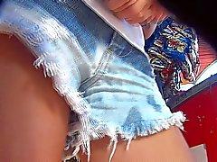Pedacinho da bucetinha debaixo do shortinho jeans