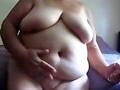 Grosse Granny masturbiert mit einem Dildo