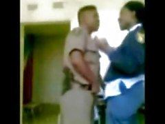 Le patron de la police les femmes bénéficiant jeune officier caméra cachée