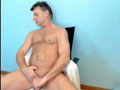 pappa visar upp sin tjocka kuk