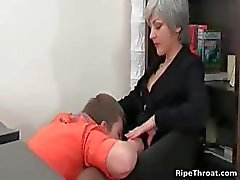 Slutty MILF azgın oral seks verir