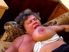 Riesige breasted Oma Naomi liebt ihre haarige Schlitz auf einem harten Schwanz zu arbeiten