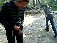 pissing , masturbandosi , succhia Cumming all'esterno tra i boschi