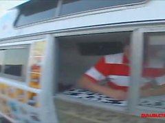 étudiant de camion de glace dans les chaussettes blanches hautes de genou obtiennent longtemps blanc