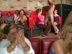 Nackt mit Muskeln Mann wird Hahn von Dutzenden von Weiblich bekleidete saugte