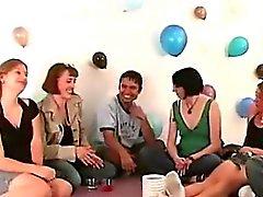 Amateurs group sex oyuna sıyırma başlar