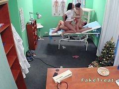 Médecin fout infirmière et le le nettoyage dame faux hospitalier